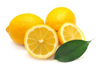 Cara-Memutihkan-Gigi-Dengan-Jeruk-Lemon