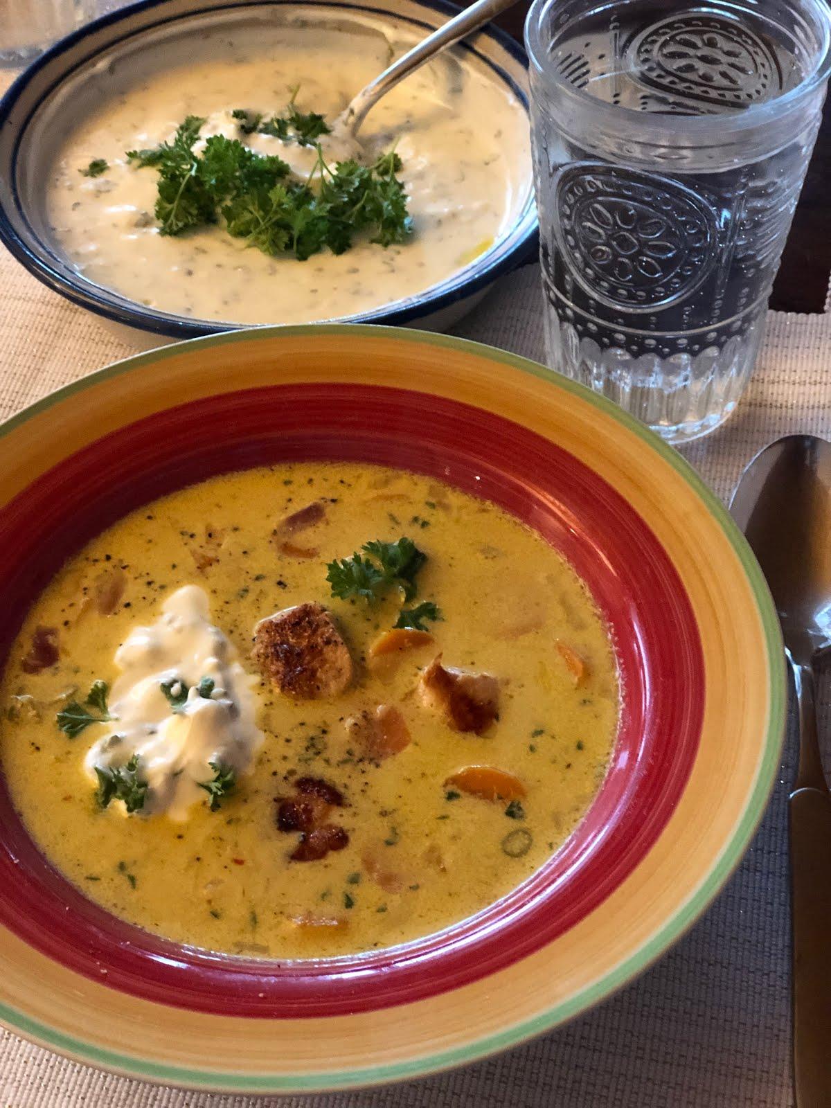 Curry-Möhrensuppe mit Hähnchenbrust und Petersilienjoghurt