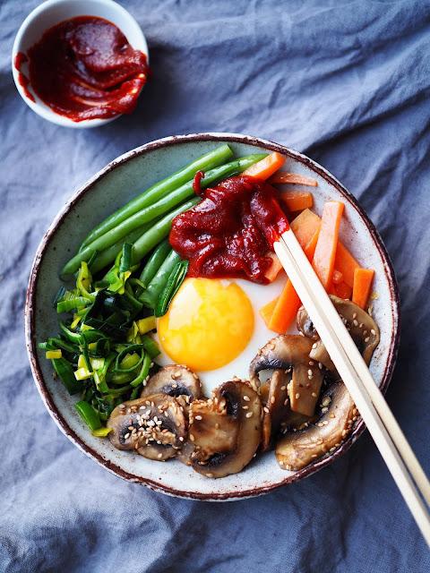 korealainen-kasvisruoka, bibimbap, gluteeniton-gochujang, kasvispyttipannu, aasialainen-kasvispyttipannu, korealainen-pyttipannu