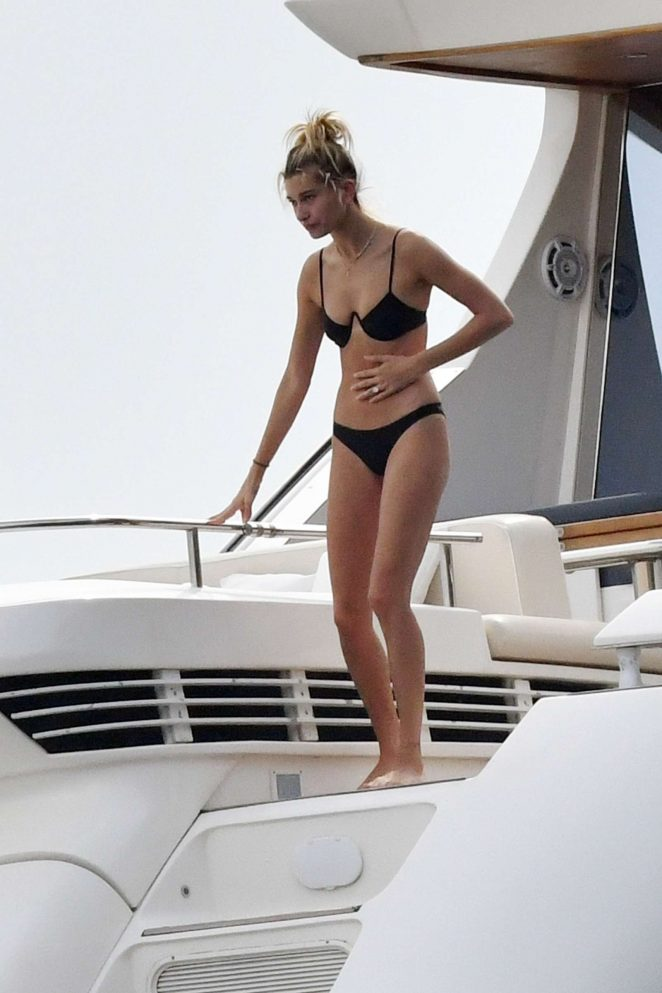 Hailey Baldwin enjoys her time in Bikini