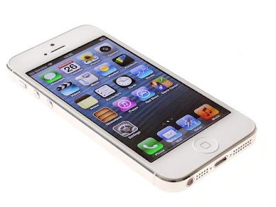 Spek Apple Iphone 5 64GB  Sobat gadget semua sudah mengenal perusahaan terkenal dengan merek Apple ini, perusahaan tersebut tidak hentinya meluncurkan produk smartphone terbaru untuk menarik para pengguna ponsel pintar di dunia. Perusahaan dengan merek Apple ini tidak hanya memproduksi smartphone saja, melainkan laptop dengan merek Apple juga diluncurkan demi memenihi kebutuhan masyarakat dunia dan masih banyak juga yang lainnya.                                   Pada kesempatan ini kami akan membahas salah satu smartphone yang diberi nama Apple Iphone 5 64GB yang telah lama diluncurkan oleh perusahaan ternama ini. Hp Apple Iphone 5 64GB ponsel pintar yang memiliki fitur sesuai dengan apa yang kita inginkan.                           Handpone ini merupakan smartphone yang paling tipis dan paling ringan yang dilapisi oleh alumunium sehingga membuatnya lebih kokoh sekaligus elegan. Ketebalan yang dimiliki oleh iphone 5 ini 7.6 mm, karena handpone ini lebih kecil dari yang lain maka apple menciptaka simcard yang ukurannya lebih kecil dari sebelumnya yaitu nano-SIM.  Untuk baterai yang dimiliki iphone 5 ini meskipun tipis tetapi daya tahan cukup lama, selain itu kecepatan data yang dimiliki lebih cepat dari sebelumnya. IPhone 5 mendukung banyak jaringan seluruh  dunia termasuk HSPA, HSPA+ dan DC-HSPA. browsing, download dan streaming