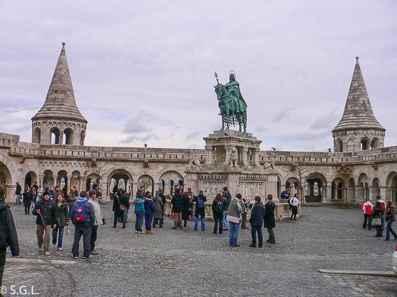 Bastion de los pescadores y estatua de Esteban I. Budapest