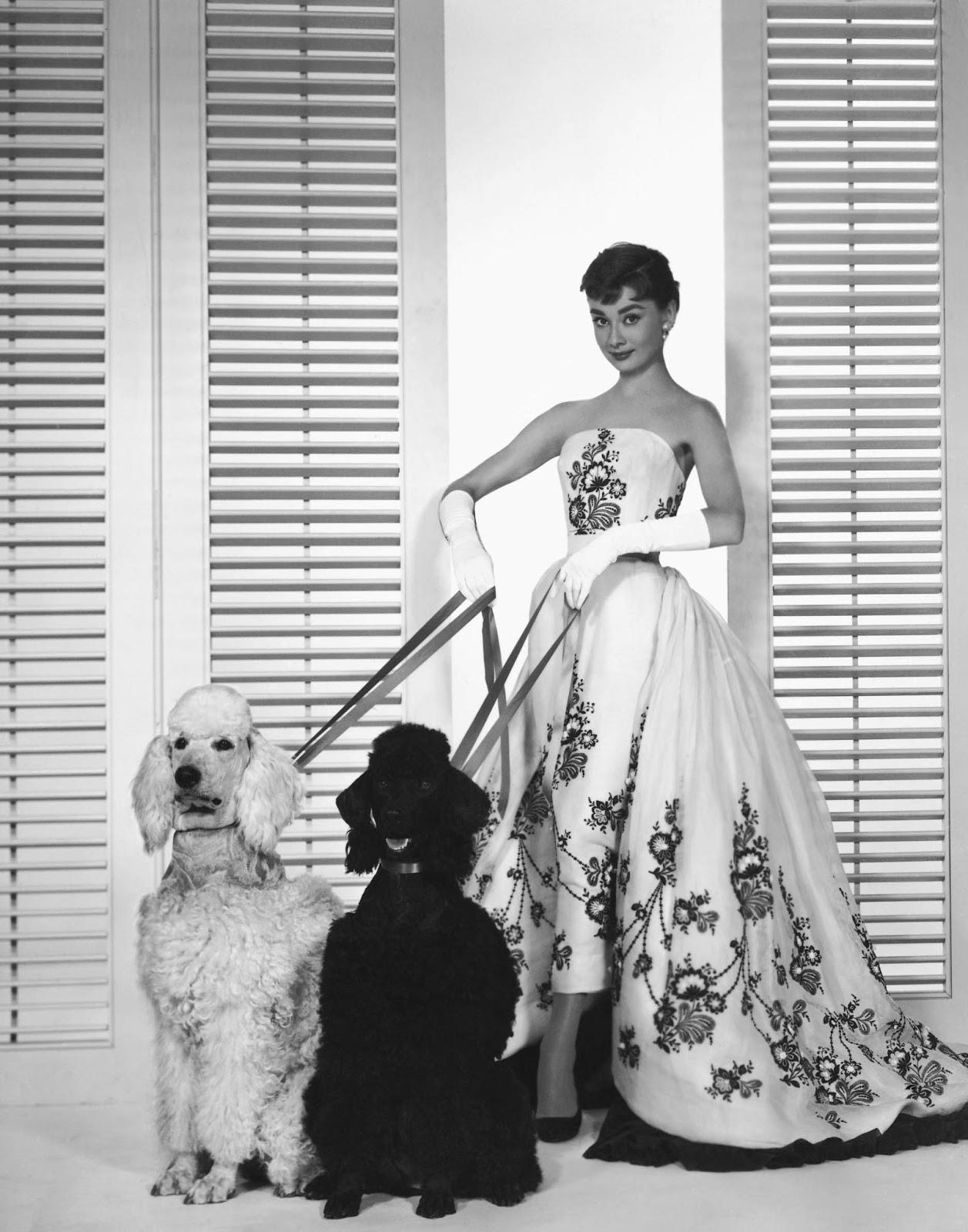 5) O vestido preto e branco usado por Audrey Hepburn no filme Sabrina  (1954) - O vestido branco com bordados florais em preto, foi criado por  Givenchy, ... 525af07345