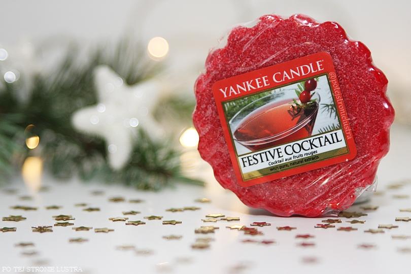 wosk zapachowy yankee candle na tle świątecznych dekoracji