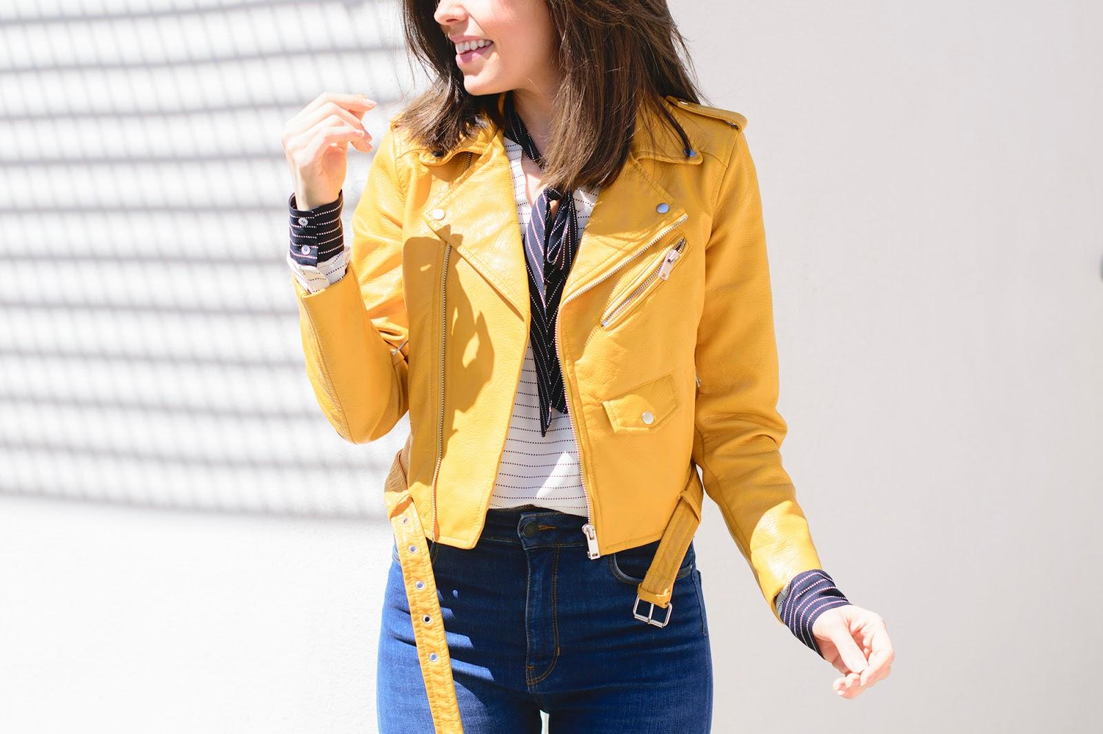 Look de estilo navy con biker amarilla de Zara