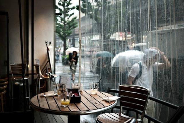 Ngắm cảnh mưa qua khung cửa sổ ở Đà Lạt