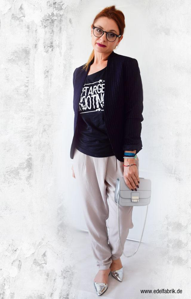 die Edelfabrik, Look, Statement T-Shirt, schwarz, Bürolook, kleine, hellblaue Handtasche