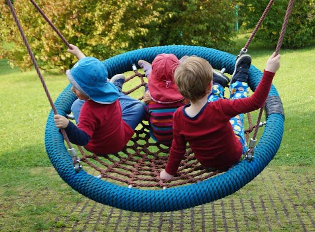 5 Spielplätze im Kieler Süden mit dem gewissen Extra. Auf Küstenkidsunterwegs stelle ich Euch fünf tolle Kinderspielplätze mit ein paar spannenden Besonderheiten für Kindern ud Eltern im südlichen Kiel vor, samt extra Tipps zum Finden und Parken sowie für weitere Ausflugsmöglichkeiten!