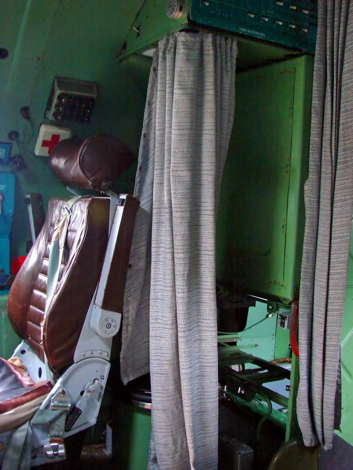 Задняя часть кабины Ту-95: шторка за спинкой сиденья закрывает унитаз