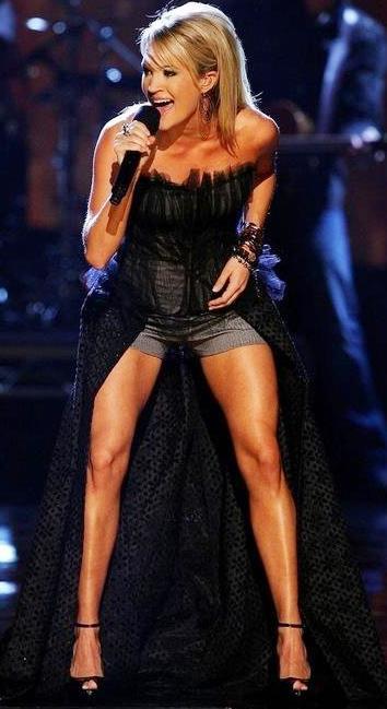 Foto de Carrie Underwood cantando en concierto
