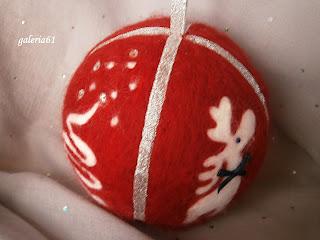 czerwona bombka filcowa z reniferem i choinką