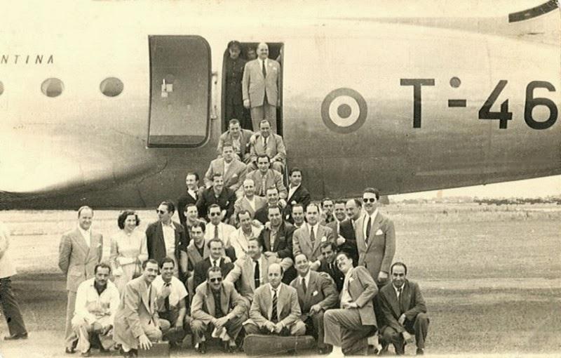 Héctor y su jazz en una gira, bajando del avión