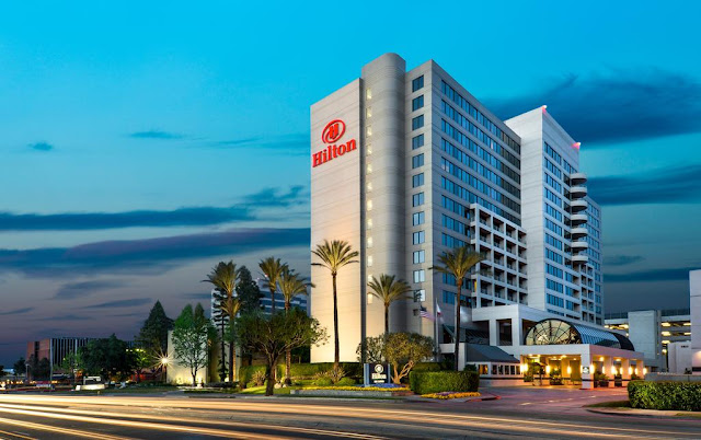 A Woodland Hills hotel located just off Interstate 101, the Hilton Woodland Hills/Los Angeles is a 35-minute drive from downtown LA and is surrounded by a number of notable businesses.