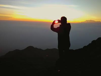 sunrise indah di puncak gunung merapi