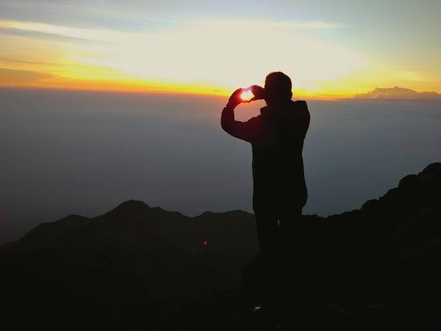 foto sunrise indah di puncak gunung merapi