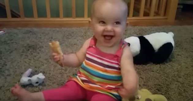 Bebé se ríe como el villano de alguna película de Disney