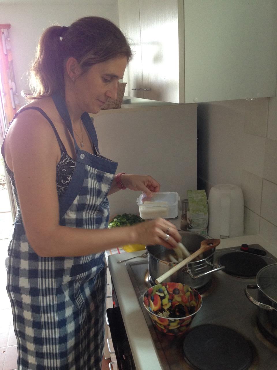 Yushka beim Kochen - Monte Bré im Sommer 2017