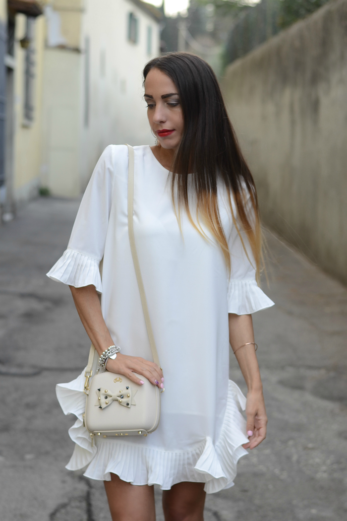 abito bianco rouches