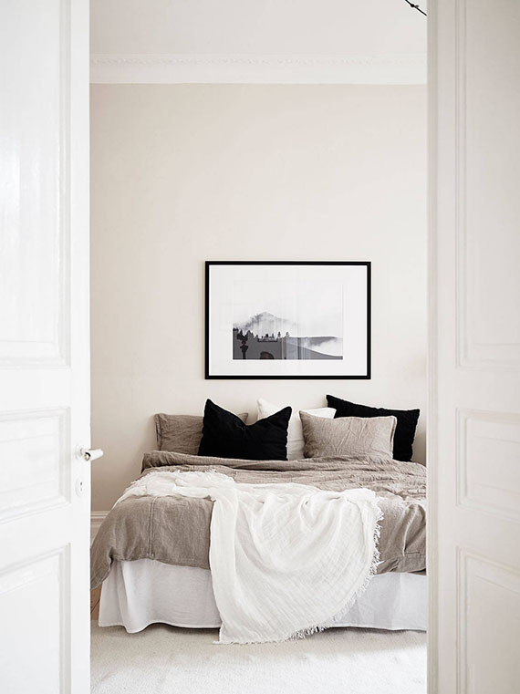 Neutral bedroom via Stadshem