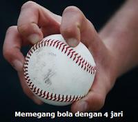 Memegang bola softball dengan empat jari