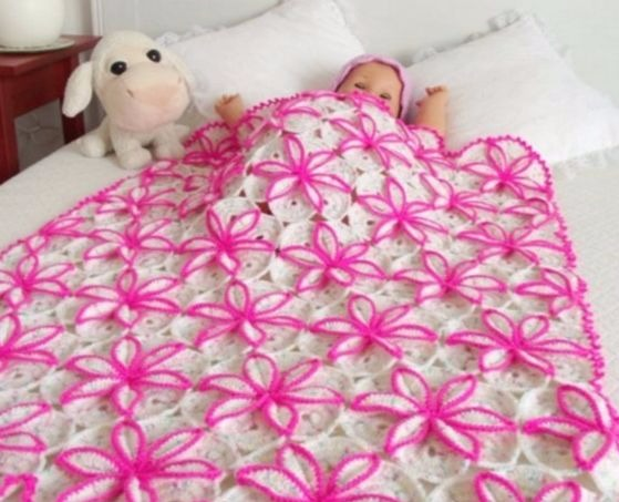 Beautiful baby blanket with free flower pattern