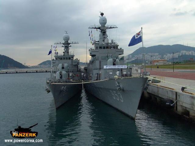 Tàu Yeosu (bên trái) tại buổi lễ loại biên