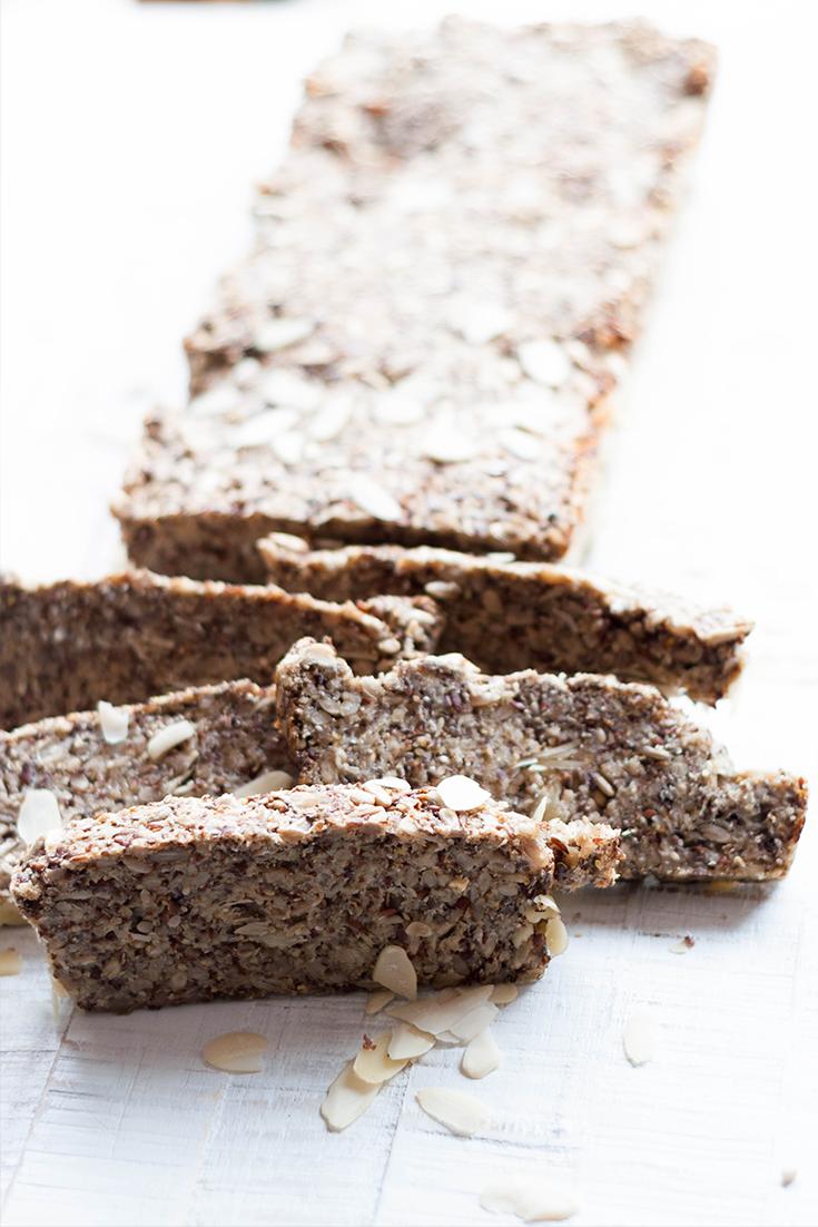 Glutenfreies und veganes Locarb Brot mit Nüssen und Samen