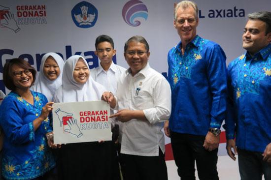 Presiden Direktur & CEO XL Axiata, Dian Siswarini dan teamnya berfoto bersama Siswa-siswi SMAN 6 Jakarta dalam acara Peluncuran Gerakan Donasi Kuota di Jakart