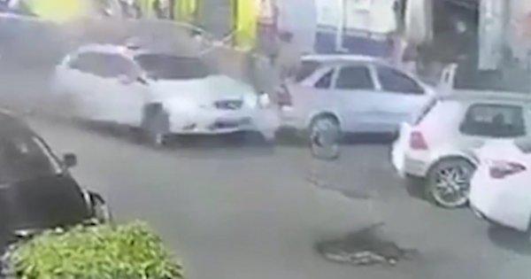 Η φρικτή στιγμή που ένας 15χρονος οδηγός πέφτει πάνω σε πεζούς αφού προηγουμένως έχει πυροβοληθεί στο κεφάλι!