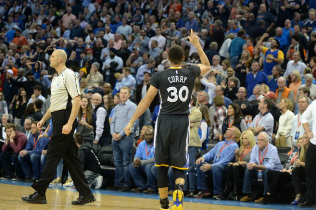 Stephen Curry (Golden State Warriors) célébrant un shoot à trois points