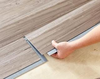 Pemasangan lantai kayu vinyl dilakukan sendiri