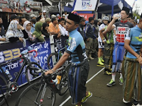 Pembalap Sepeda Dari Berbagai Negara Kenakan Sarung dan Peci