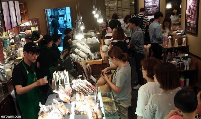 Cola en un Starbucks de Corea