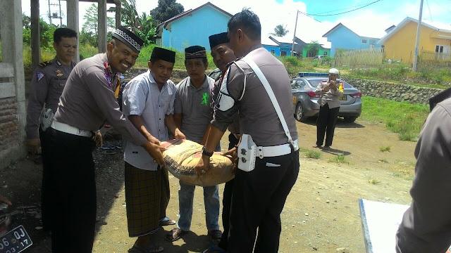 Satlantas Polres Wajo Serahkan Bantuan Semen untuk Pembangunan Masjid