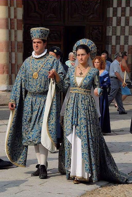 Cortejo histórico em Asti, Itália. Um casal.
