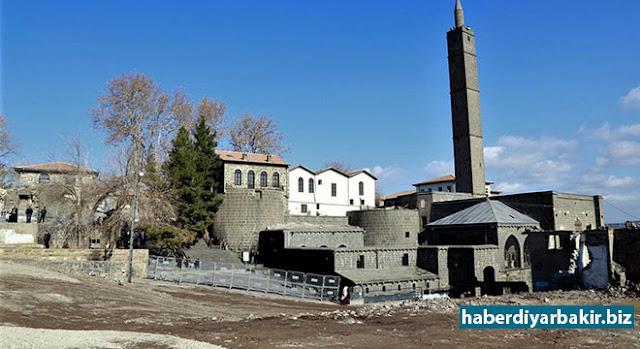 DİYARBAKIR-Sur ilçesinde PKK'lilerin barikat kurup, çukur kazmasının ardından meydana gelen çatışmalarda hedef alınan tarihi eserin restorasyon çalışmaları devam ediyor.