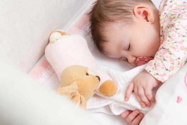 bébé et son doudou de naissance