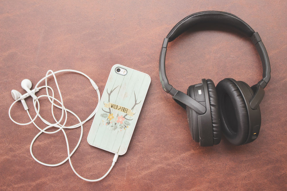 The perfect gift for travelers are Earbuds / Headphones | Wanderlust gift | The Wanderful Soul Blog