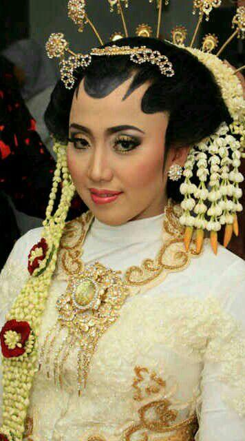 Rias Pengantin SOLO PUTRI - Sanggar Make Up Rias Pengantin Bekasi dNova Bekasi Utara Gaun Putih