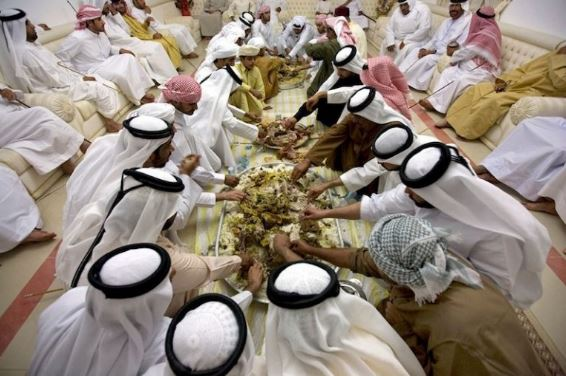 Amalan Aneh Masyarakat Arab Ketika Makan