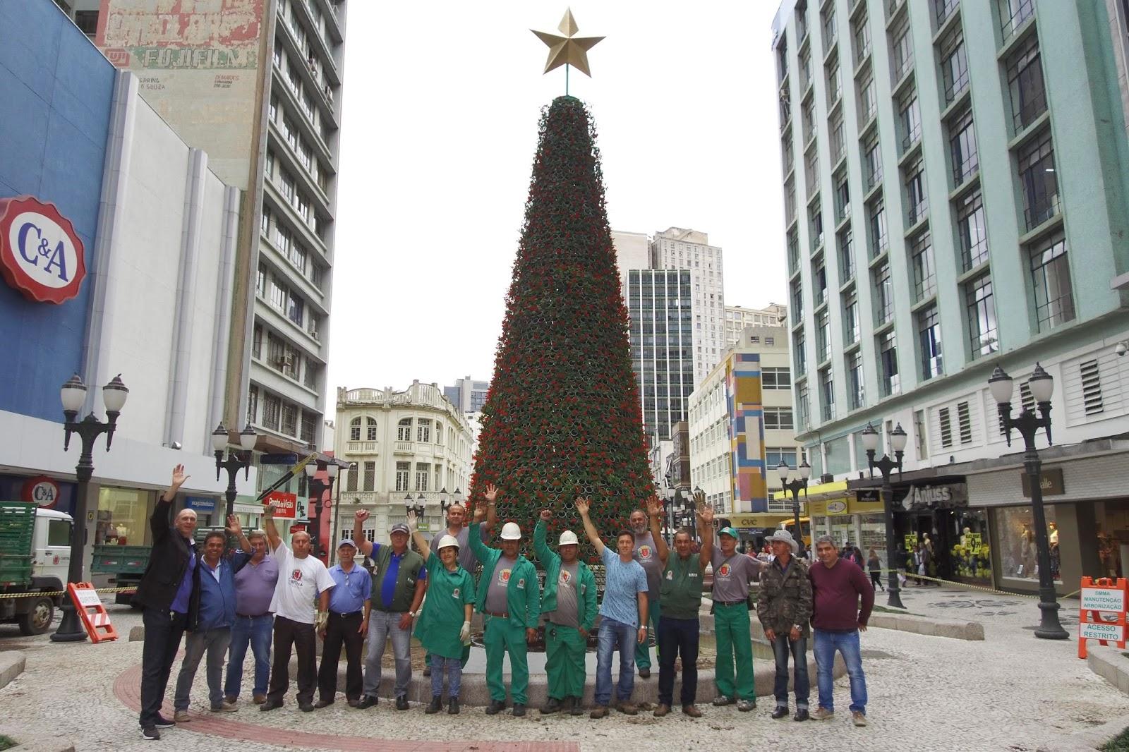 Árvore da Vida leva espírito natalino para a Rua XV de Novembro