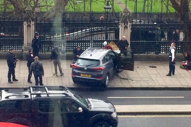 Terrorist  attack Westminster Bridge, outside U.K. Parliament : At least 4 dead, 40 injured