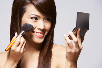 Sử dụng mỹ phẩm tẩy trang không sạch cũng là nguyên nhân gây ra mụn