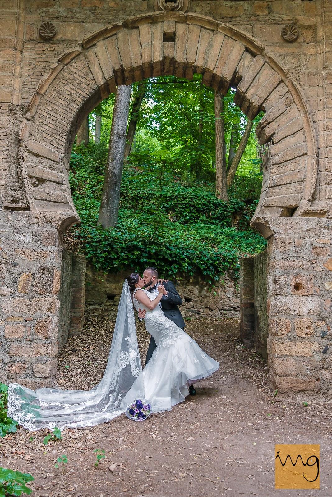 Fotografía espectacular de los recién casados en el bosque de la Alhambra