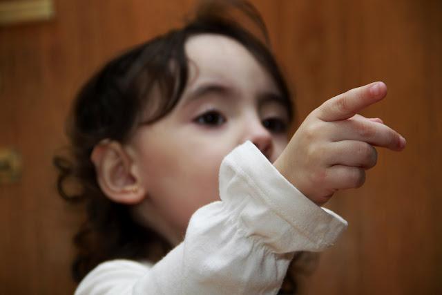 Retrato de nena señalando algo