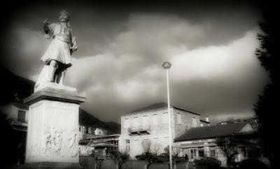 Ο Αναγνώστης, ανιψιός του Γέρου του Μοριά, πολέμησε με τα παλληκάρια του στην Μάχη του Λεβιδίου όπου έπεσε ηρωικά μαχόμενος στις 14 Απριλίου 1821. φώτο: Αδριάντας του Αναγνώστη Στριφτόμπολα στην κεντρική πλατεία του Λεβιδίου