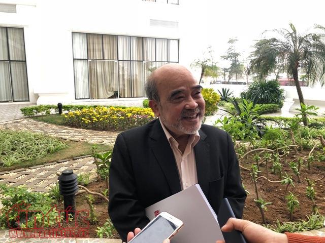Ông Đặng Hùng Võ trao đổi với phóng viên
