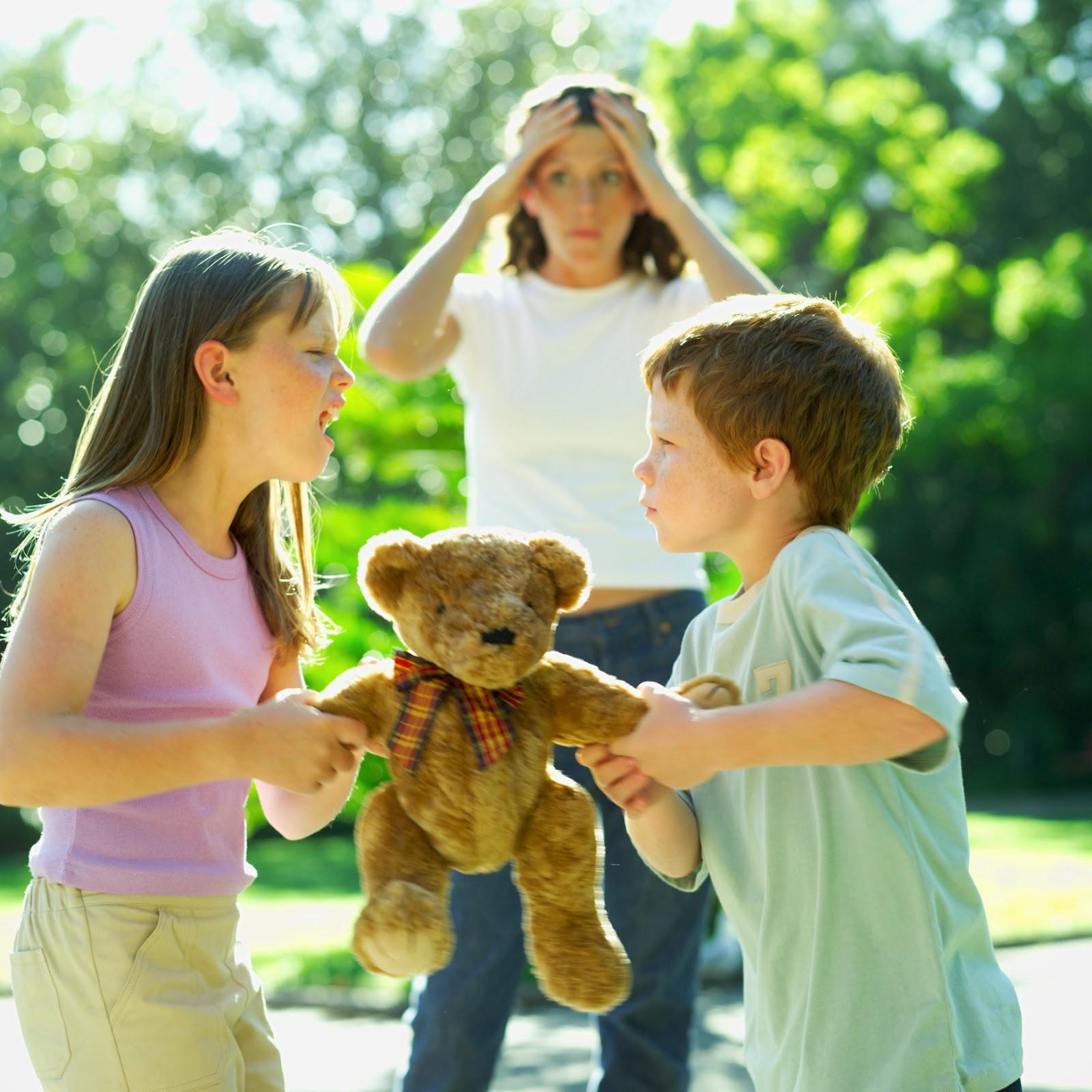 Niño y niña peleando por el mismo oso de peluche