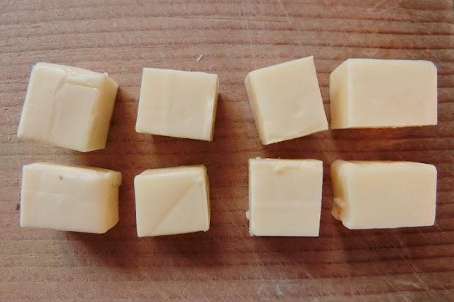 ベビーチーズを八等分に切り分ける