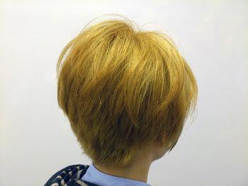 ショートボブの金髪スタイル